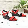 Женские кожаные красные босоножки на танкетке, фото 3