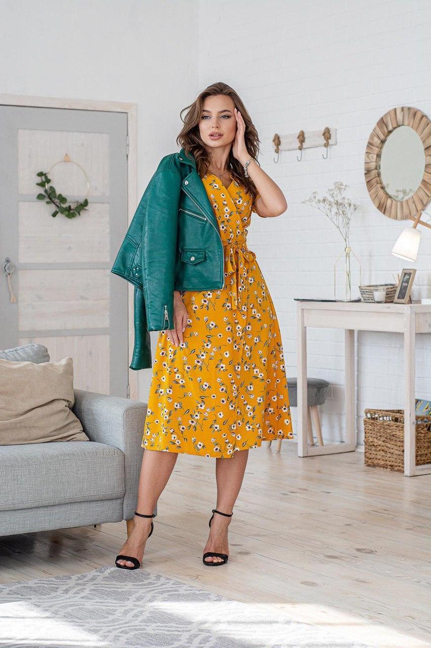Легке літнє плаття на запах з коротким рукавом (40-50рр), міді, за коліно, принт жовтці на гірчичному
