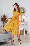 Легке літнє плаття на запах з коротким рукавом (40-50рр), міді, за коліно, принт жовтці на гірчичному, фото 2