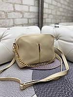 Бежевая женская сумка чемоданчик небольшая средняя сумочка на цепочке кожзам