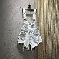 Шикарный женский джинсовый комбинезон с шортами украшеный камнями и стразами