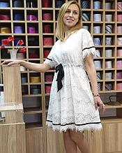 Белое кружевное платье с коротким рукавом