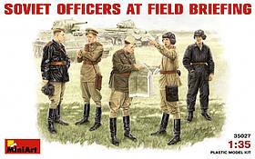 Советские офицеры на полевом совещании. 1/35 MINIART 35027