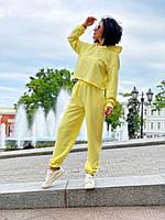 Желтый трикотажный спортивно-прогулочный костюм женский