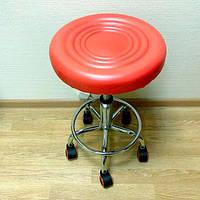 Стулья для мастера-косметолога красного цвета с регулируемой высотой 44-57 см.