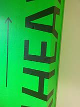 Окрашивание в зелёный флуоресцентный цвет колоны и нанесения текста в бизнес-центре