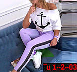Женский летний брючный костюм с футболкой хулиганкой на одно плечо и лосинами с лампасами 4110750, фото 3