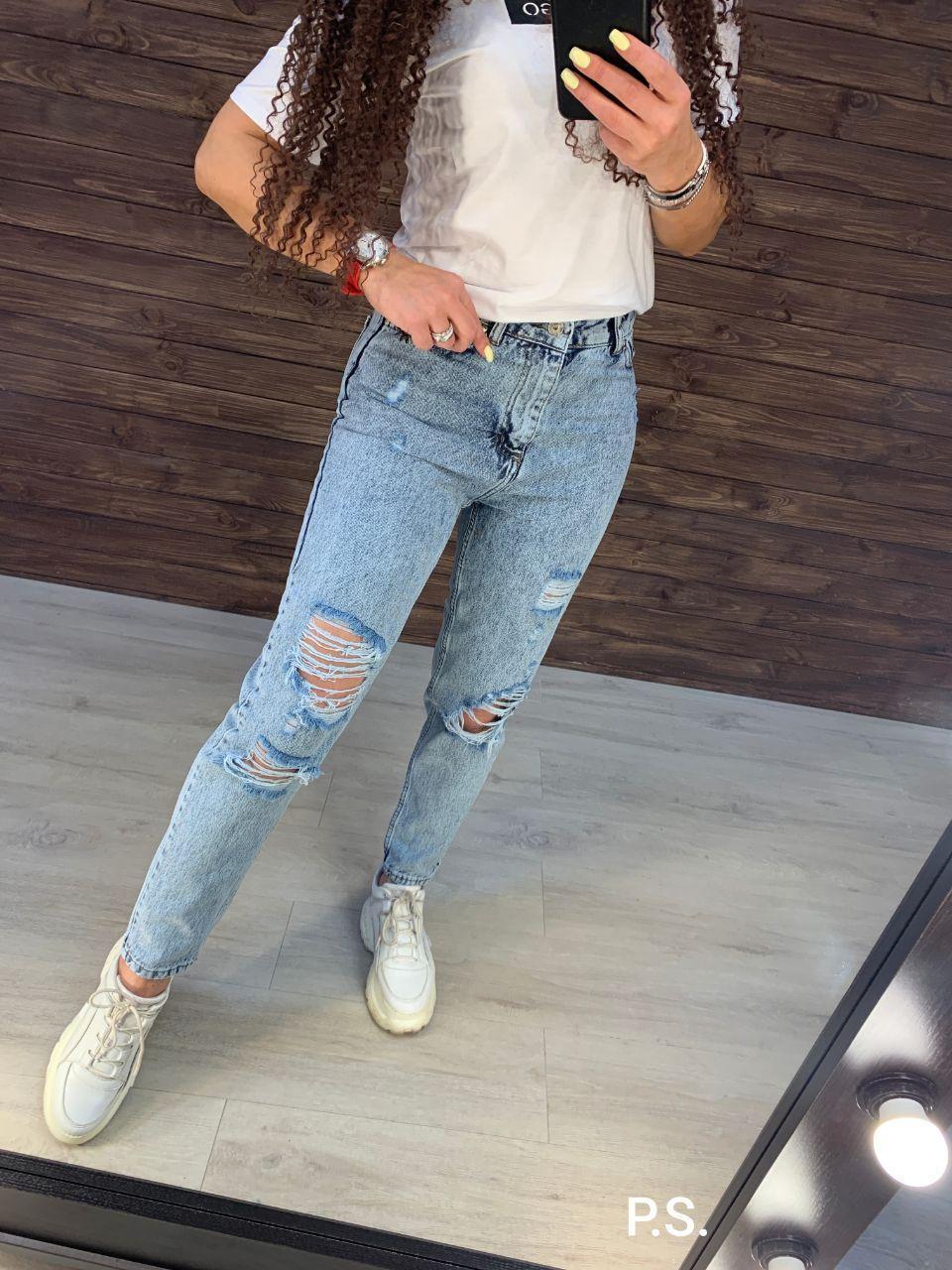 Женские голубые джинсы МОМ с потертыми штанинами и декоративными порезами 7612480