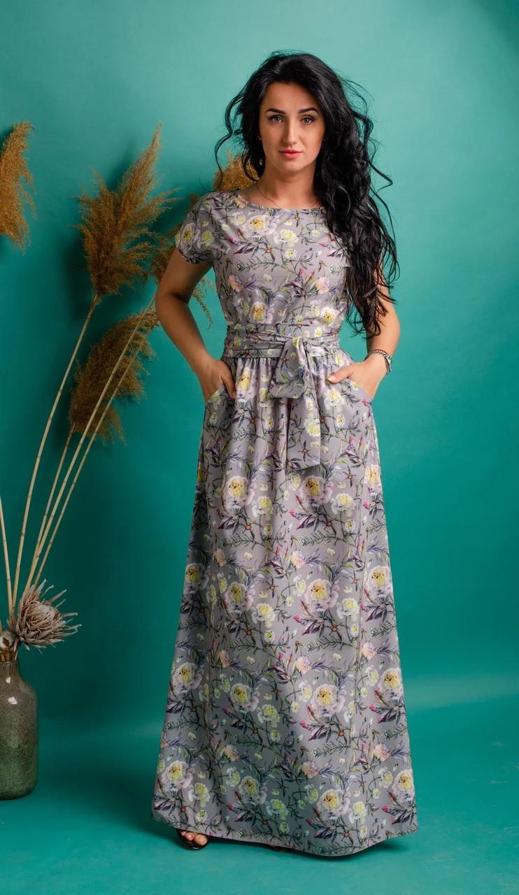 Длинное платье с цветочным принтом светло-серое