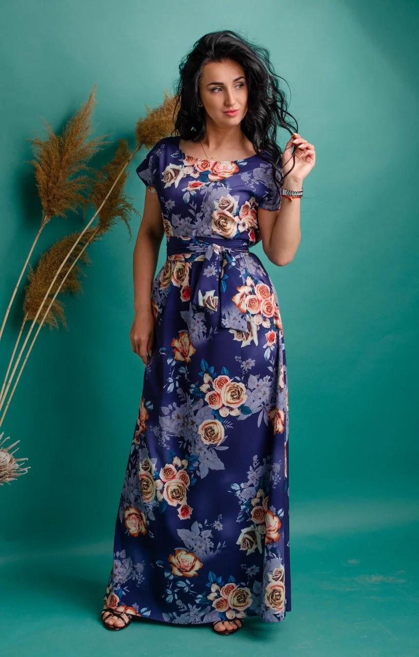 Длинное платье с ярким принтом синее