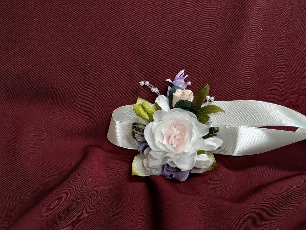 Бутоньерка на руку из пиона (цветочный браслет) молочная с сиреневым и пудровым
