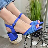 Босоножки женские комбинированные на устойчивом каблуке, цвет электрик