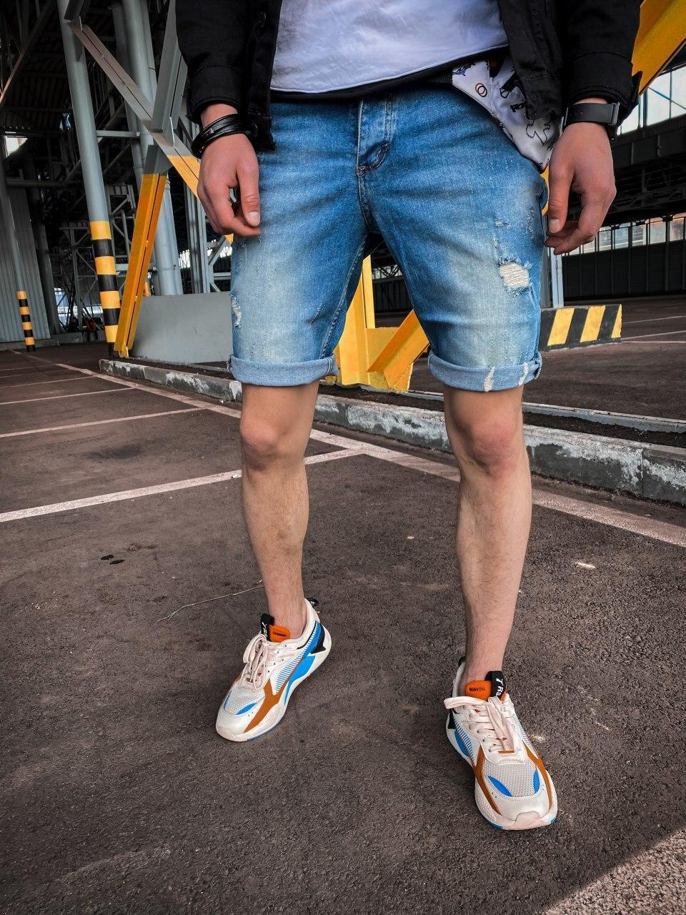 Чоловічі джинсові шорти сині з підворотом і латками