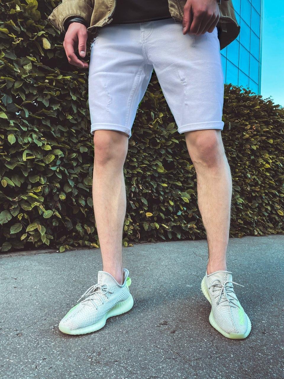 Мужские джинсовые шорты белого цвета с потертостями
