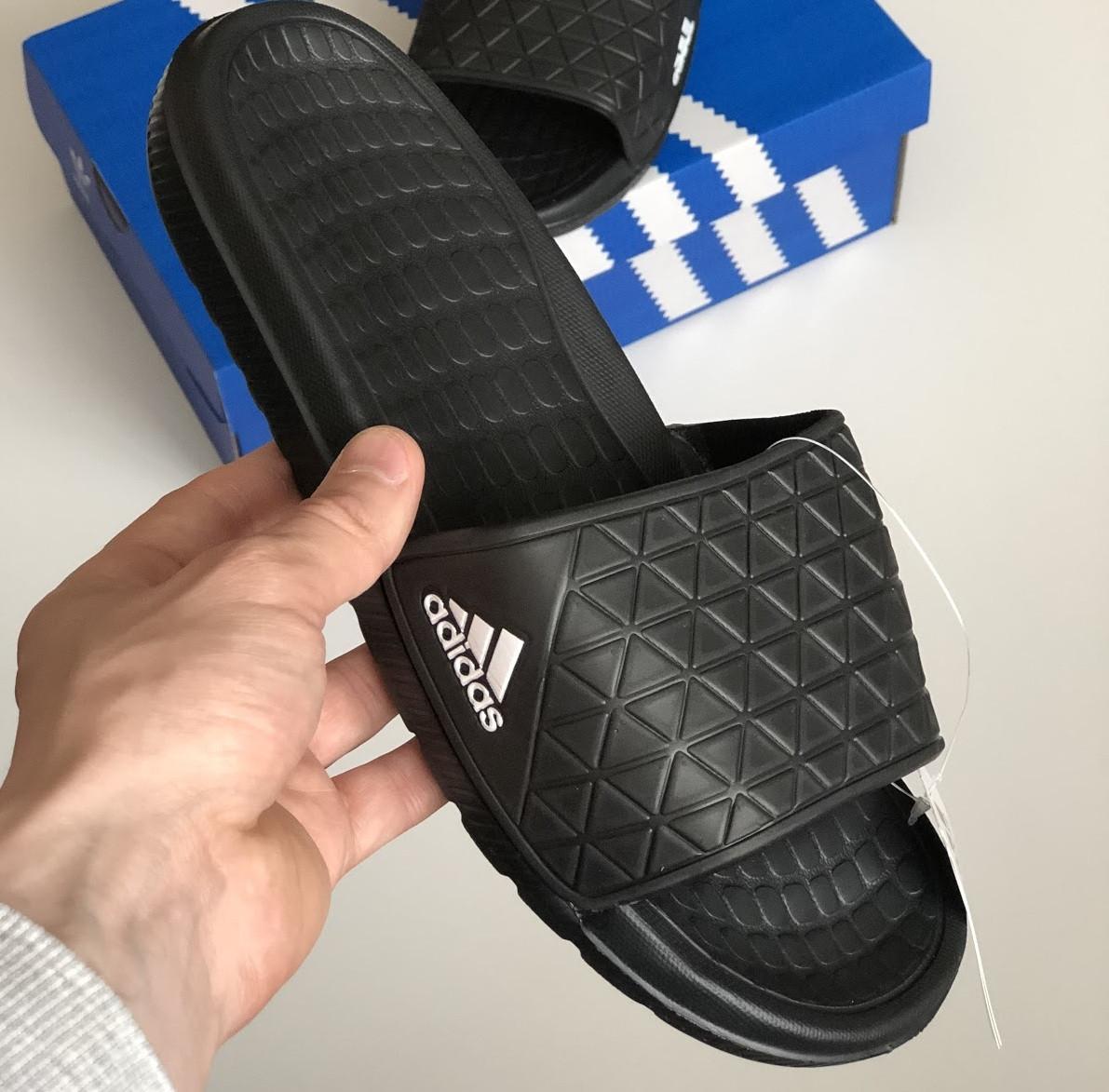 Мужские шлепанцы Adidas летние низкие шлепки черные с белым лого. Живое фото. Реплика