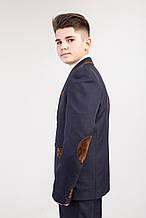 Костюм  школьный подростковый серого цвета декорирован коричневыми вставками.