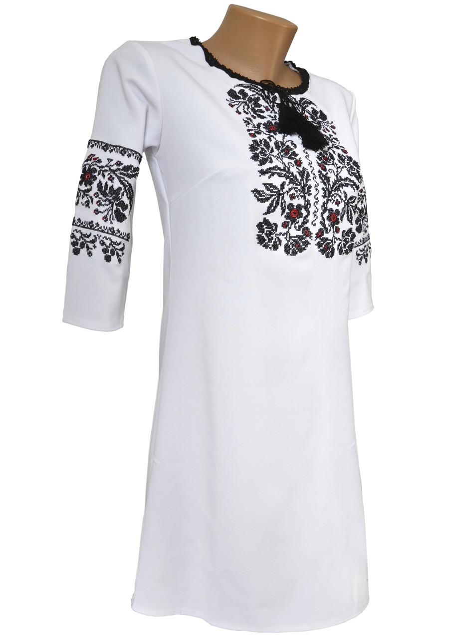 Біла вишита коротка сукня з рослинним орнаментом