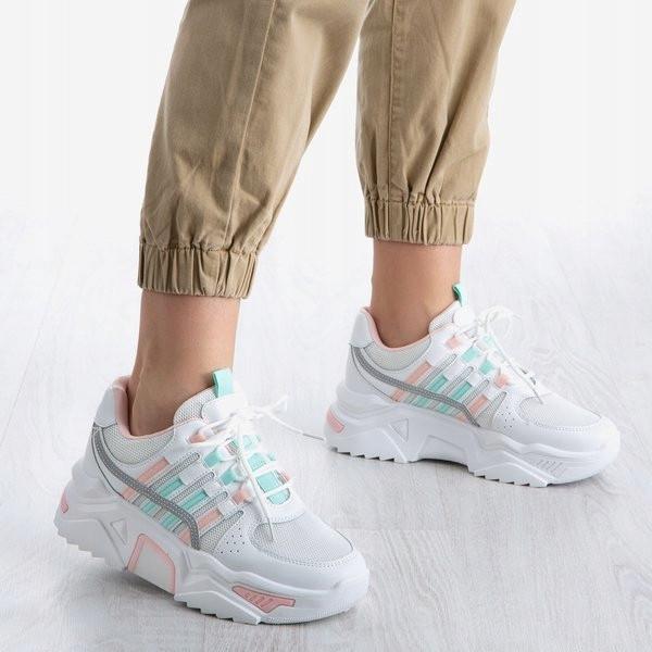 Белые кроссовки с трикотажными вставками