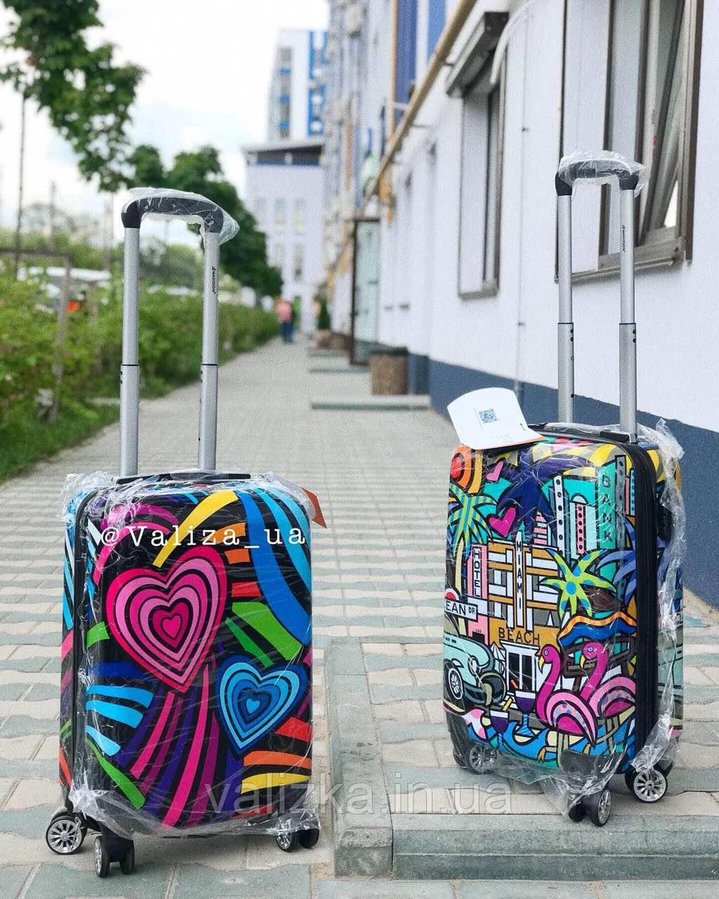 Пластиковый чемодан с сердечками для ручной клади Франция