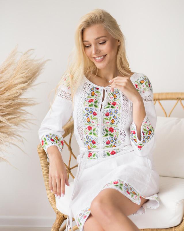 Біла сукня вишиванка з квітами Ятрань