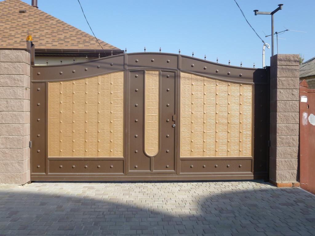 Ворота металлические с жатым эффектом.