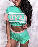 Жіночий стильний літній костюм з написом: футболка - топ і шорти, в кольорах, фото 3