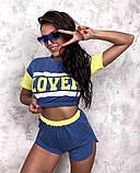 Жіночий стильний літній костюм з написом: футболка - топ і шорти, в кольорах, фото 6