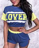 Жіночий стильний літній костюм з написом: футболка - топ і шорти, в кольорах, фото 5