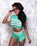 Жіночий стильний літній костюм з написом: футболка - топ і шорти, в кольорах, фото 4