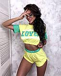 Жіночий стильний літній костюм з написом: футболка - топ і шорти, в кольорах, фото 7
