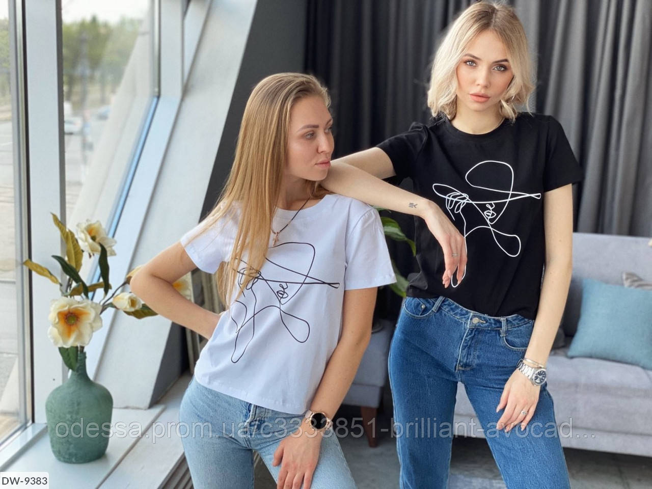 Женский стильная футболка с абстрактным принтом-линией девушкой
