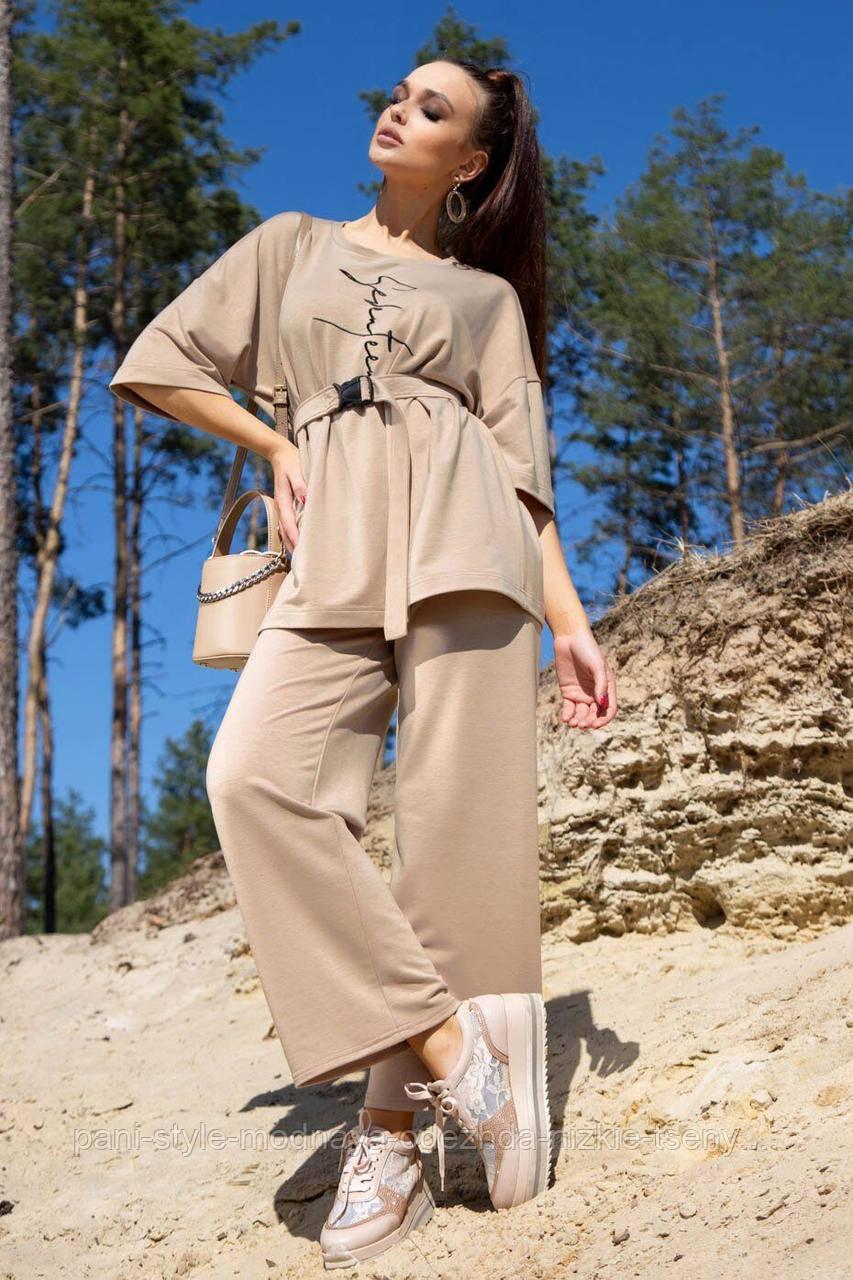 Костюм жіночий з брюками і футболкою вільного крою бежевого кольору літо