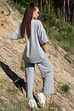 Костюм жіночий з брюками і футболкою вільного крою сірого кольору літо, фото 2