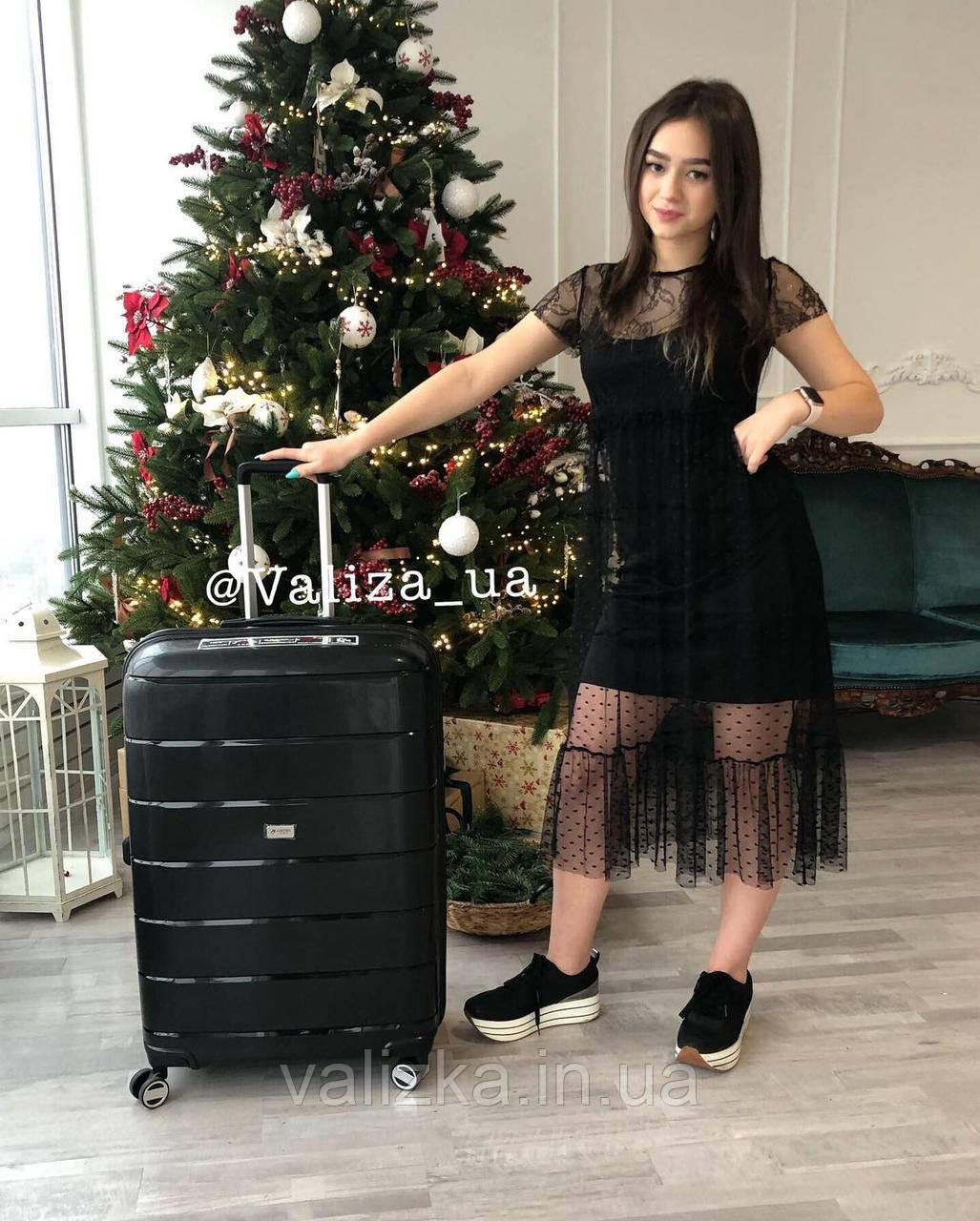 Качественный средний пластиковый чемодан из полипропилена черный с расширителем Франция