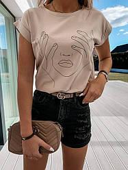 Женская футболка бежевого цвета с принтом