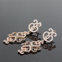 Золотые серьги-подвески с черно-белыми камешками