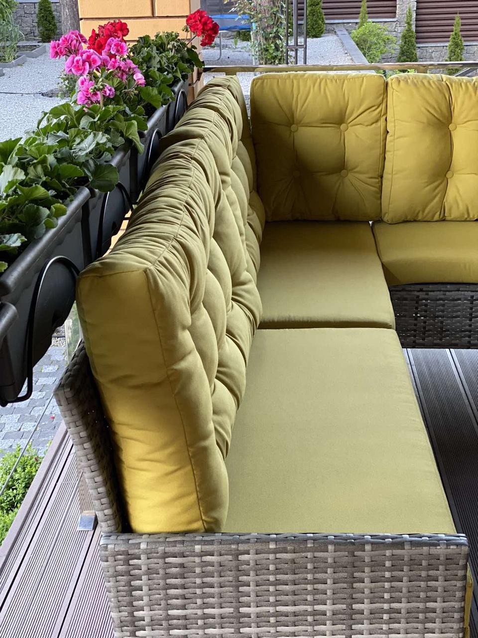 Мягкие подушки с декоративными пуговицами для дивана
