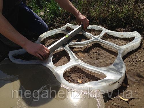 Форма для садовой дорожки круглые камни