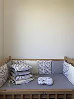 Комплект бортики со съёмными наволочками, простынка на резинке, подушечка.