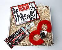 """Подарочный набор """"Красное и черное"""": камасутра шоколадная, чековая книжка желаний, кубики с позами и наручники"""