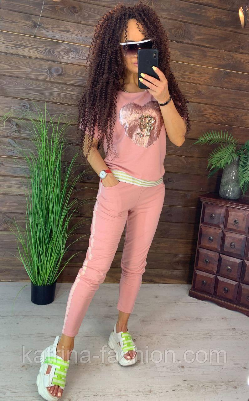 Жіночий стильний костюм з серцем з паєтки: футболка і штани