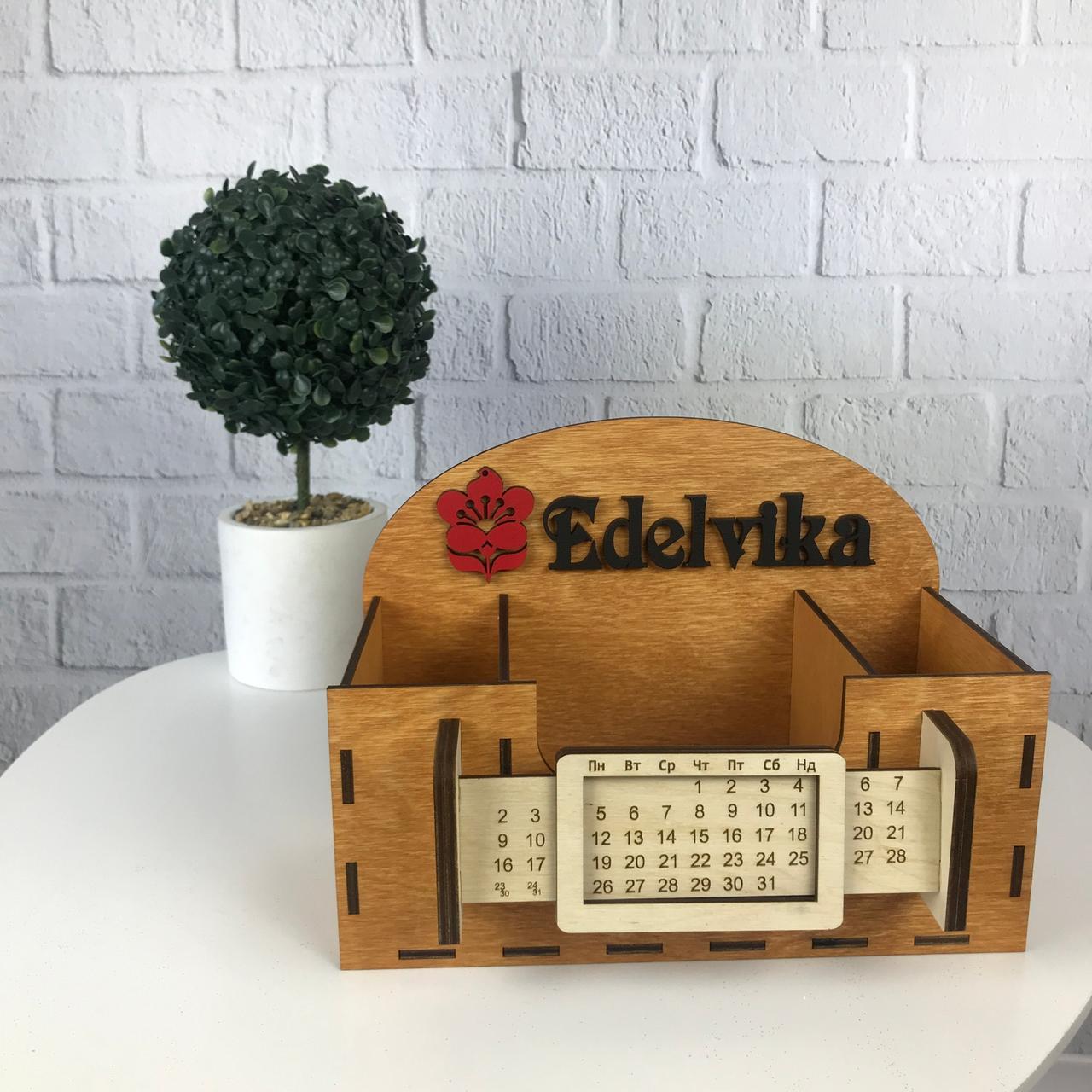 Деревянный органайзер для канцелярии с логотипом или названием фирмы на заказ