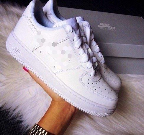 Кроссовки белые стильные