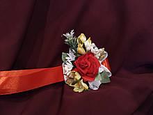 Бутоньерка на руку (цветочный браслет) красная с молочным