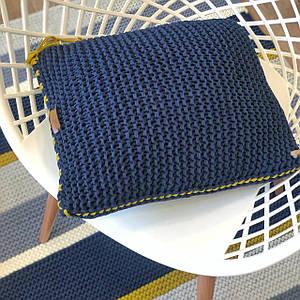 Декоративная диванная подушка «Синий сапфир» из трикотажной пряжи ручной работы