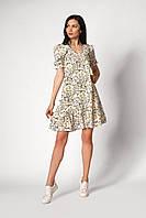 Светлое летнее короткое женское платье с мелким цветочным принтом и воланами по низу