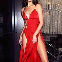 Длинное атласное красное платье с разрезами