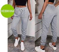 Женские спортивные штаны имеют высокую талию,пояс на резинке с дополнительной кулиской и два кармана по бокам