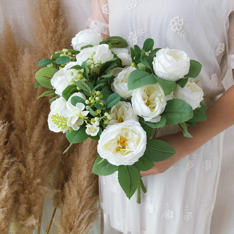 Букет розы Остин с бутонами и ягодами  46 см  белая