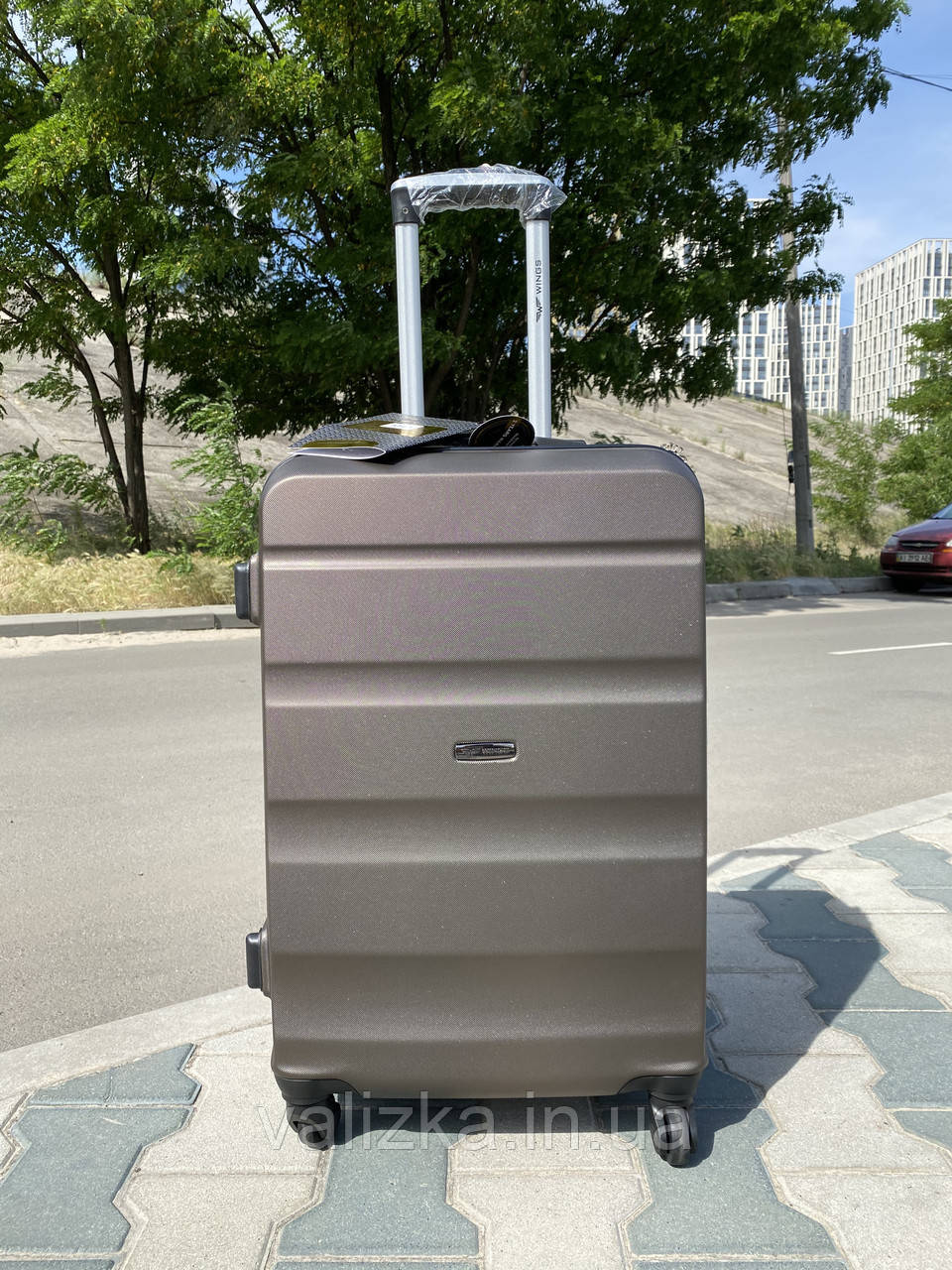 Средний пластиковый чемодан коричневая на 4-х колесах / Середня пластикова валіза